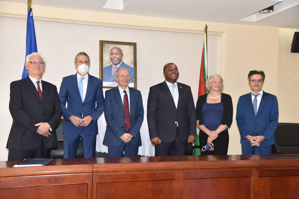 Albert Shingiro avec les representant s de l'UE au Burundi